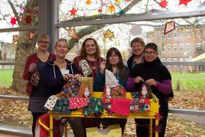 Mehrere Frauen zeigen die Nikolaussäckchen