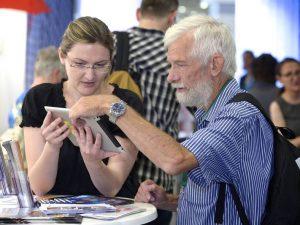 12. Deutsche Seniorentag, Junge Frau und alter Mann betrachten ein Tablet