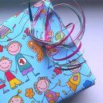 Eingepacktes geschenk mit bunter Schleife