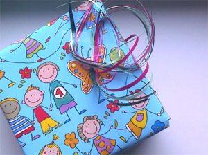Fotoalben, Eingepacktes geschenk mit bunter Schleife