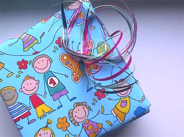 Morgen Kinder, Eingepacktes geschenk mit bunter Schleife