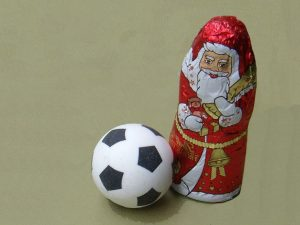 Weihnachtsmann aus Schokolade mit Schokoladenfußball