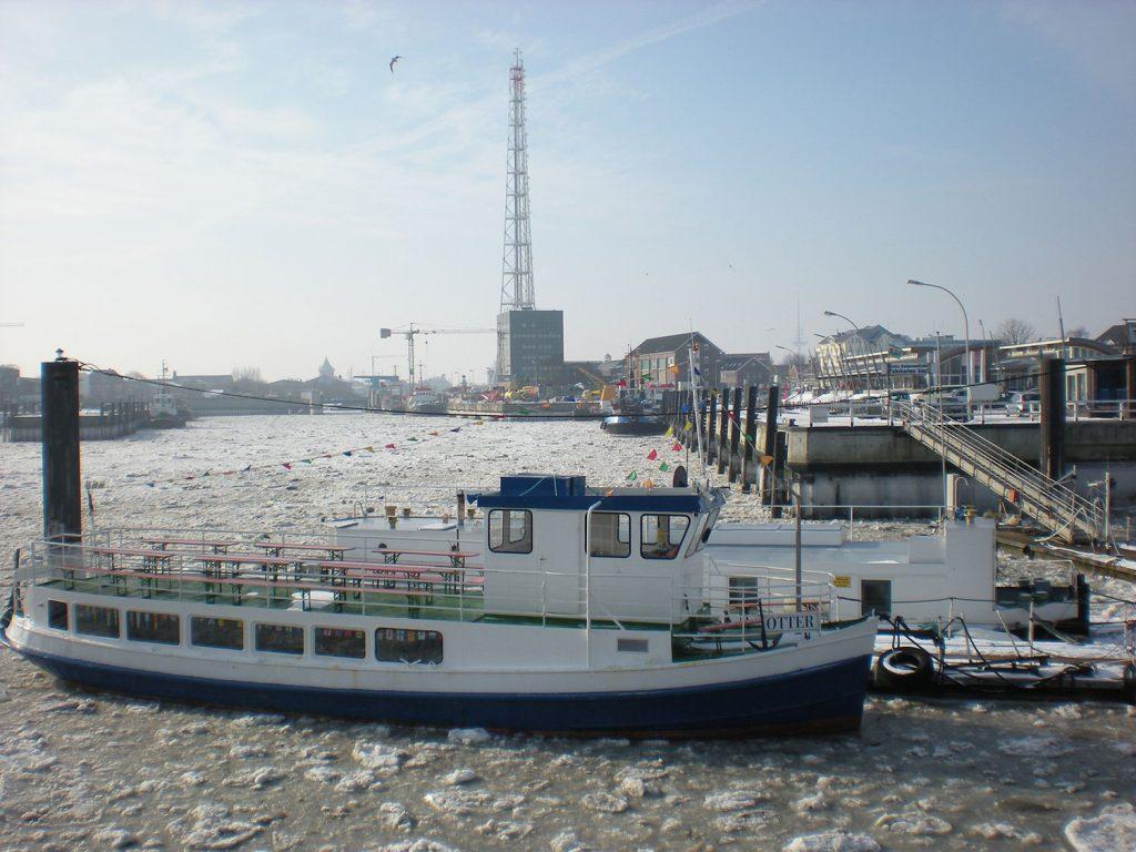 Hafenbecken mit Eisschollen und Boot