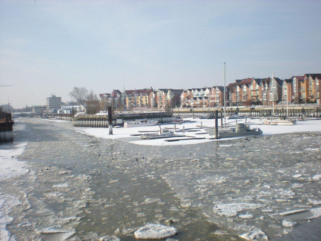Hafenbecken mit Eisschollen