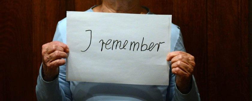 Opfer des Nationalsozialismus, Eine Person hält ein Blatt Papier mit der Aufschrift: I remeber