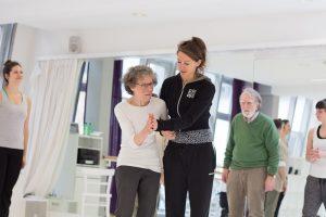 Parkinson, Junge und alte Frau beim Tanzen