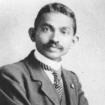 Schw/weiß- Foto eines jungen mannes im Anzug