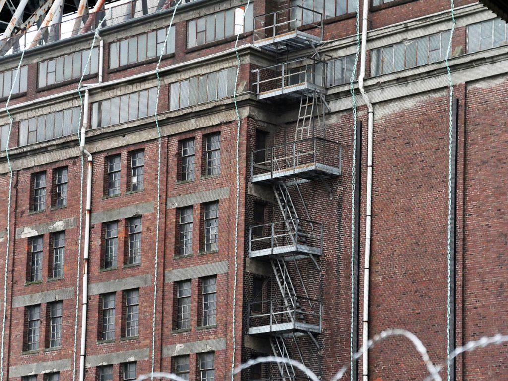 Industriegebäude aus rotem Backstein.