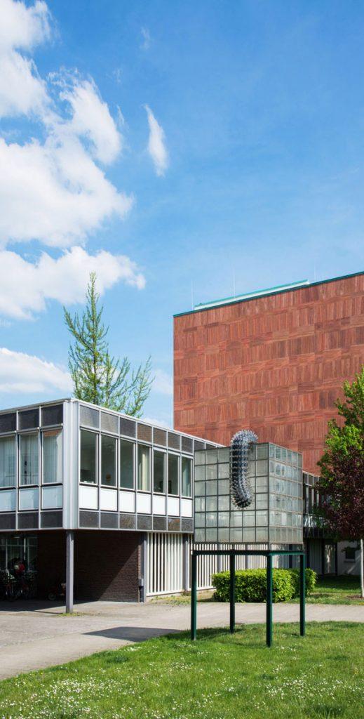 Moderne Gebäude mit Skulptur im Vordergrund