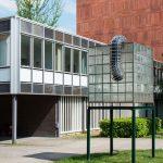 Modernes Gebäude mit Skulptur