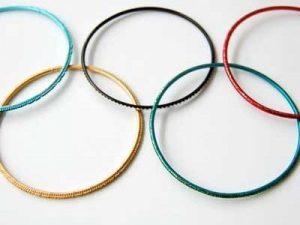 Olympische Spiele, 5 Armreifen, in der Form der Olympischen Ringe zusammen gelegt