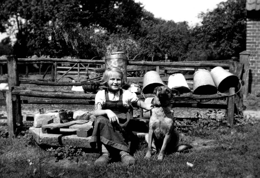 Sommerferien auf dem Bauernhof, Mädchen mit Hund, schw/weiß