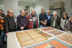 Tag der Archive, Menschen stehen um einen Tisch mit Exponaten