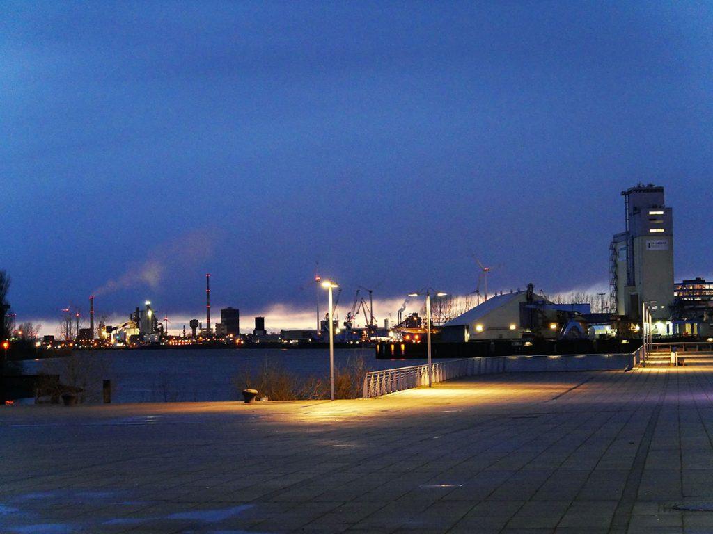 Blick auf Hafenanlagen im blauen Abendlicht