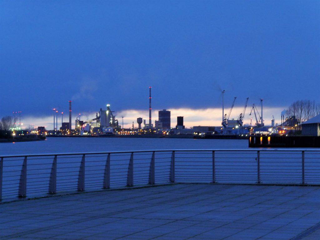 Blaue Stunde, Blick auf Hafenanlagen im blauen Abendlicht