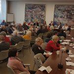 Versammlung von vielen Personen an Tischen