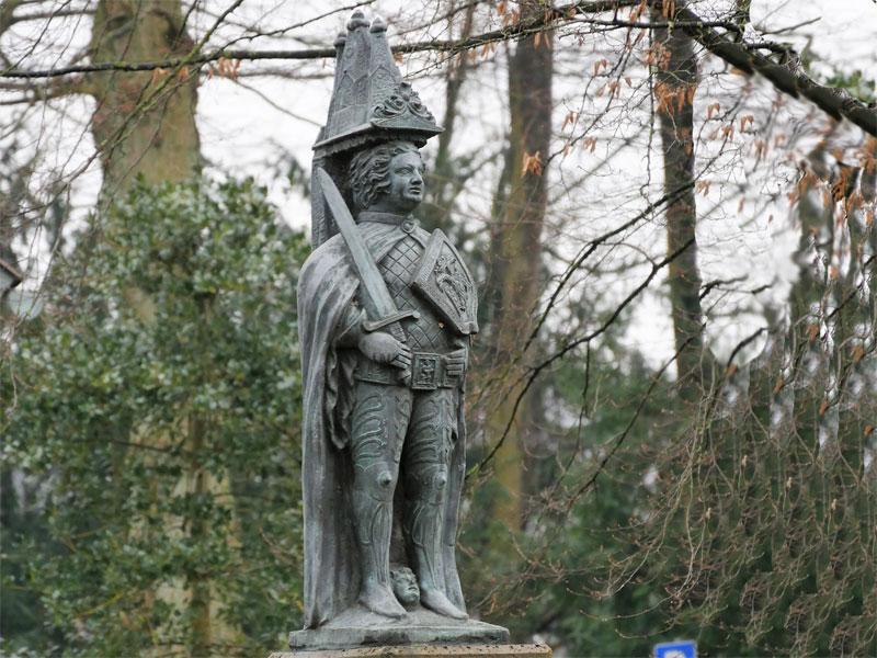 Roland, Kleine Rolandstatue auf einem Sockel