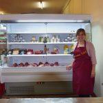 Frau vor Kühlregal mit Lebensmitteln