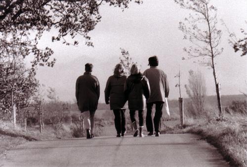 Vier Frauen gehen gemeinsam