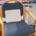 Stuhl mit einem Schreibblock