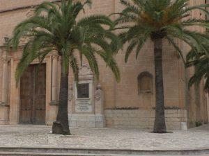 Kircheneingang mit Palmen