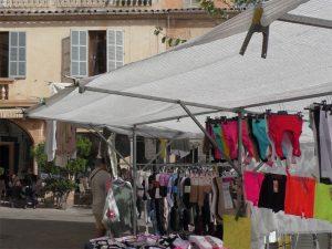 Verkaufsstand mit Textilien