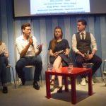 5 junge leute sitzen auf einem Podium
