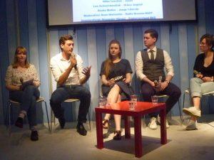 Junge Politiker diskutieren über Pflege, 5 junge leute sitzen auf einem Podium