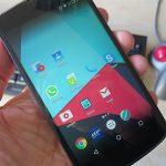 Hand hält ein Android-Smartphone