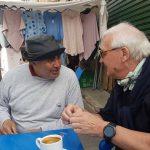 Zwei Männer an einem Tisch beim Kaffee