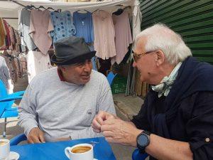Wochenmarkt Mallorca, Zwei Männer an einem Tisch beim Kaffee