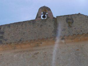 Glockenaufsatz auf Gebäude