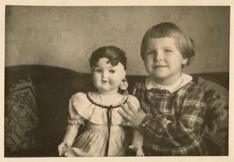 Kind mit Puppe schw./weiß