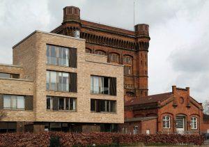 Neue Neustadt. Menschen, Räume, Architektur, Modernes Gebäude vor altem Wasserturm