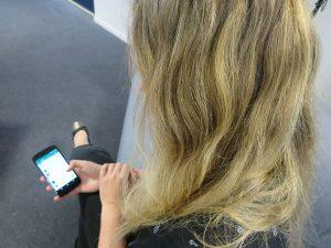 Frau blickt auf ihr Smartphone
