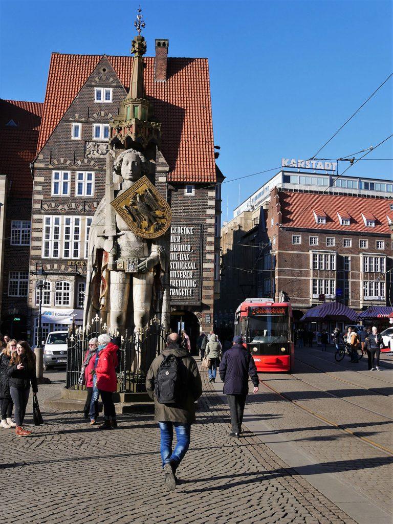 Roland, Rolandfigur mit historischen Hausfassaden im Hintergrund