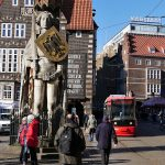Rolandfigur mit historischen Hausfassaden im Hintergrund