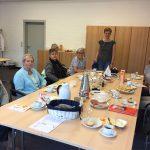 mehrere Frauen an einem Tisch