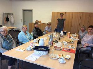 Begenungszentrum, mehrere Frauen an einem Tisch