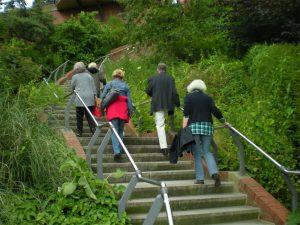 Best Ager, Personengruppe auf einer Treppe