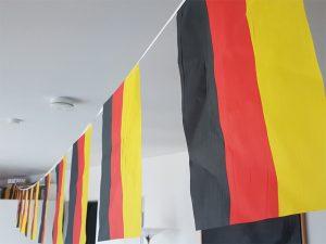 Zimmerbeflaggung mit deutschen Fahnen