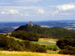 Burgruine auf einem Hügel