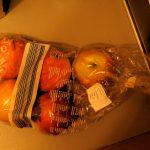 durchsichtige Tüte mit mehreren Äpfeln