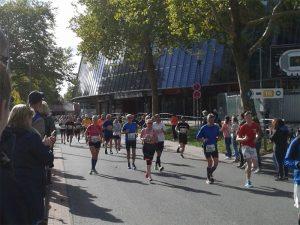 Läufer vor dem Weser-Stadion