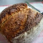 Laib Brot mit Brotmesser
