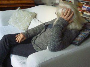 Eine Frau sitzt auf dem Sofa