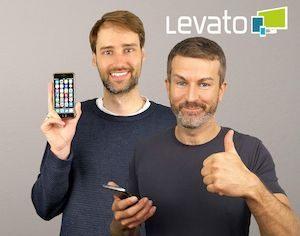zwei junge Männer mit Levato Logo