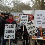 Frauen bei einer Demo Omas gegen rechts