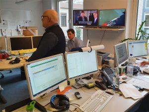 Arbneitsraum mit Computerbildschirmen